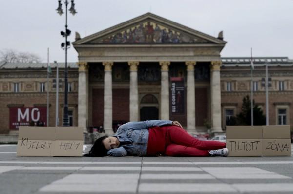 Csoszó Gabriella: KIJELÖLT HELY, TILTOTT ZÓNAFotó: Balogh Dina / Fotózás ás aktivizmus csoport